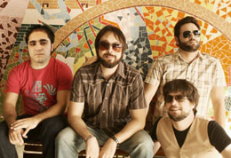 Maurício Peixoto (ao centro), foi o porta-voz da Aerocirco na entrevista ao Válvula Rock