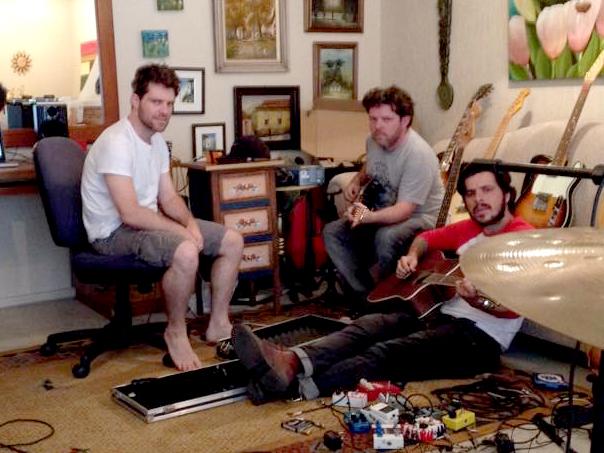 Trio durante a gravação 'caseira' do disco.